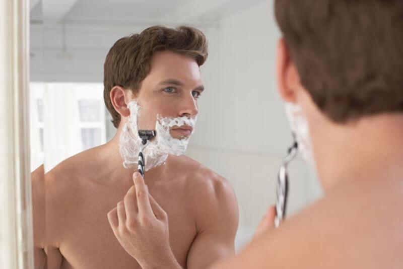 カミソリで髭剃り